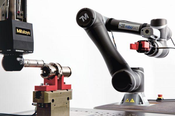 mobile Automatisierung Mitutoyo und Robofact-Roboter mit Cobot